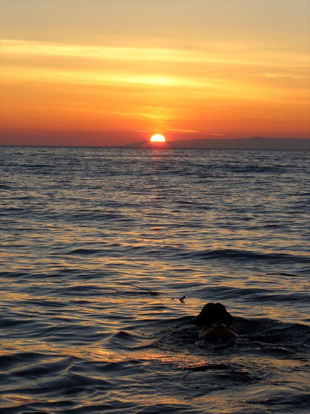 佐渡島に沈む夕日