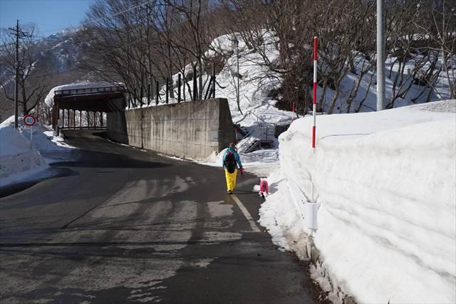 土合橋手前の登山道入口