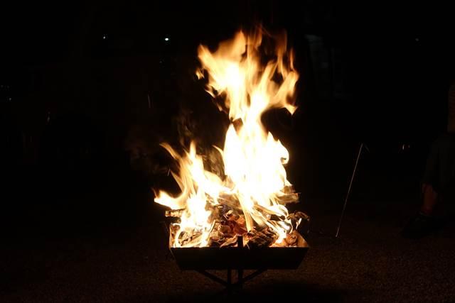 キャンプ場の夜を彩るキャンプファイヤー