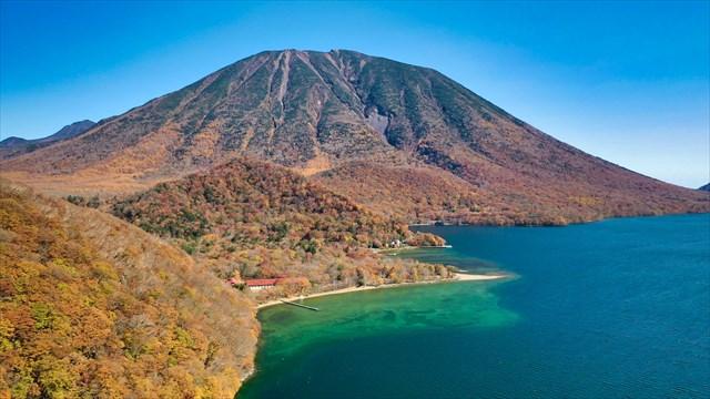 中禅寺湖にそびえる男体山